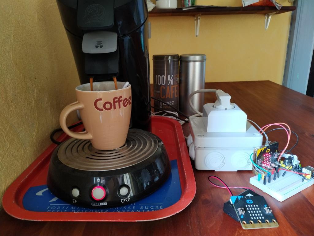 La cafetière pilotée par Microbit prépare un café.