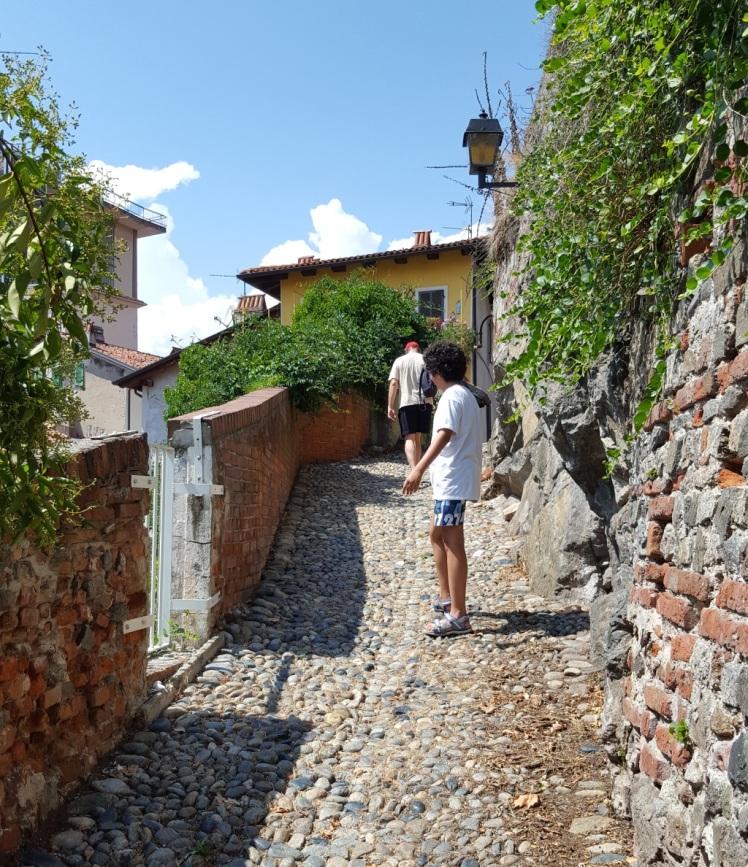 Le chemin qui mène au château d'Ivrée.