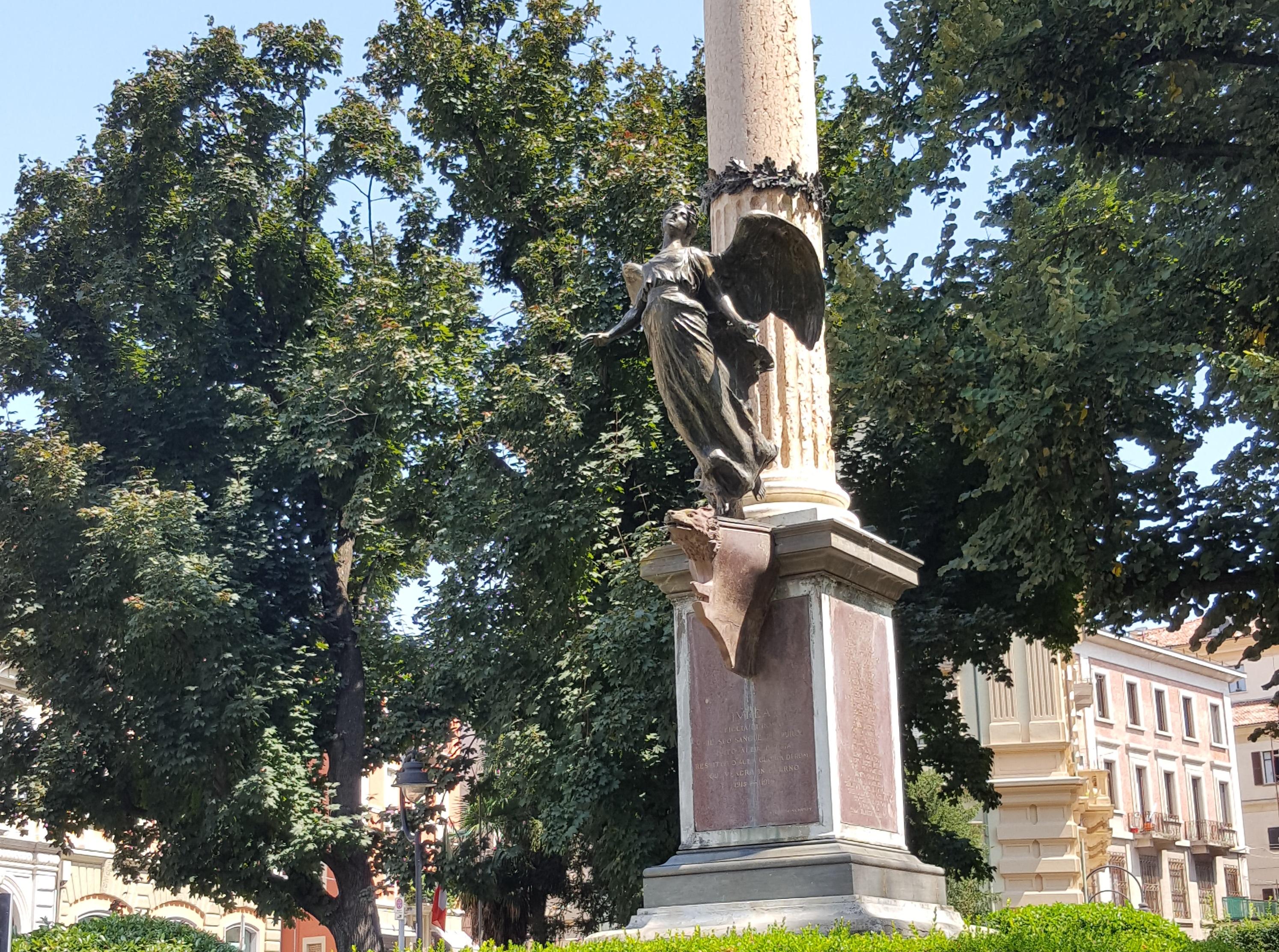 Une statue à Ivrée