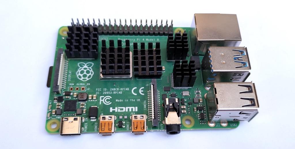 Raspberry Pi avec des dissipateurs autocollants.