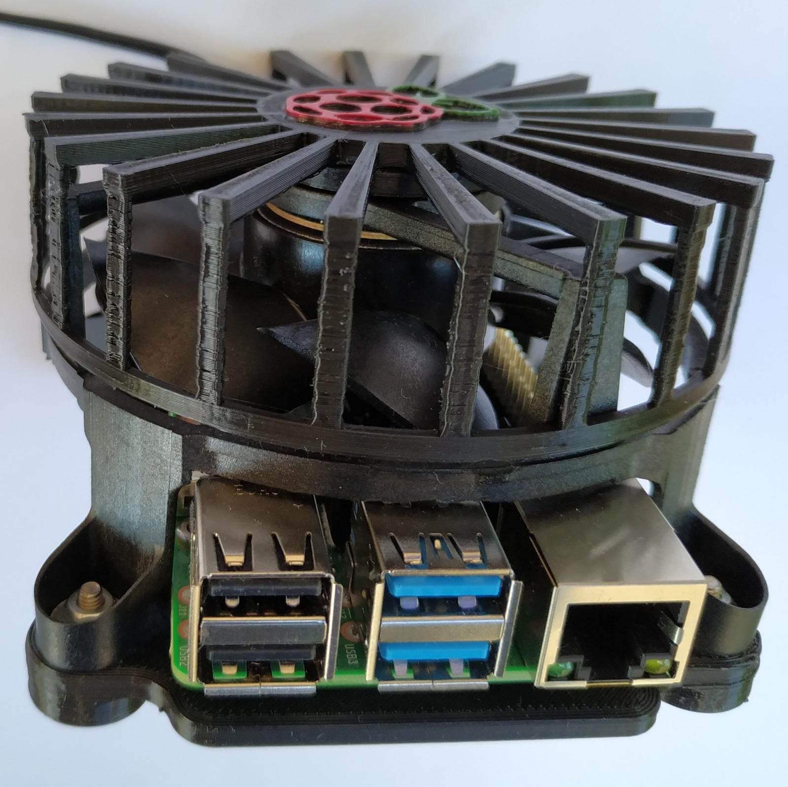 Le Raspberry Pi 4 avec un système de refroidissement DIY.