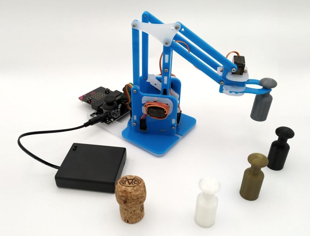 Utilisation du robot MeArm pour déplacer des petits objets.