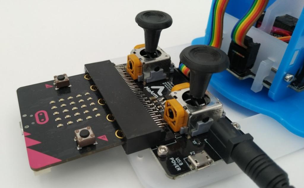 Le robot MeArm avec de nouveaux champignons.