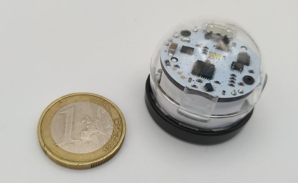 Le robot Ozobot Bit 2.0 à coté d'une pièce d'un euro