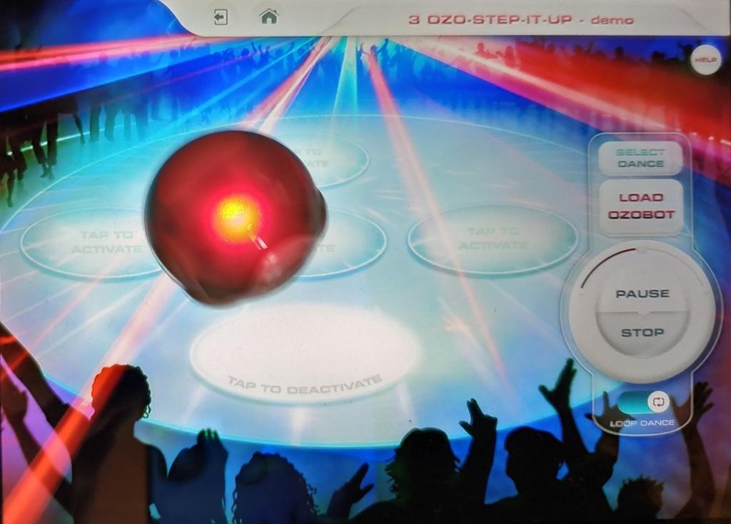 Le robot Ozobot dance sur la musique de l'application Ozobot Bit Groove