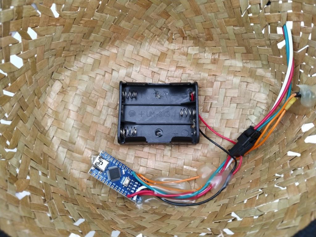 Collage de l'Alimentation et de l'Arduino au fond du chapeau