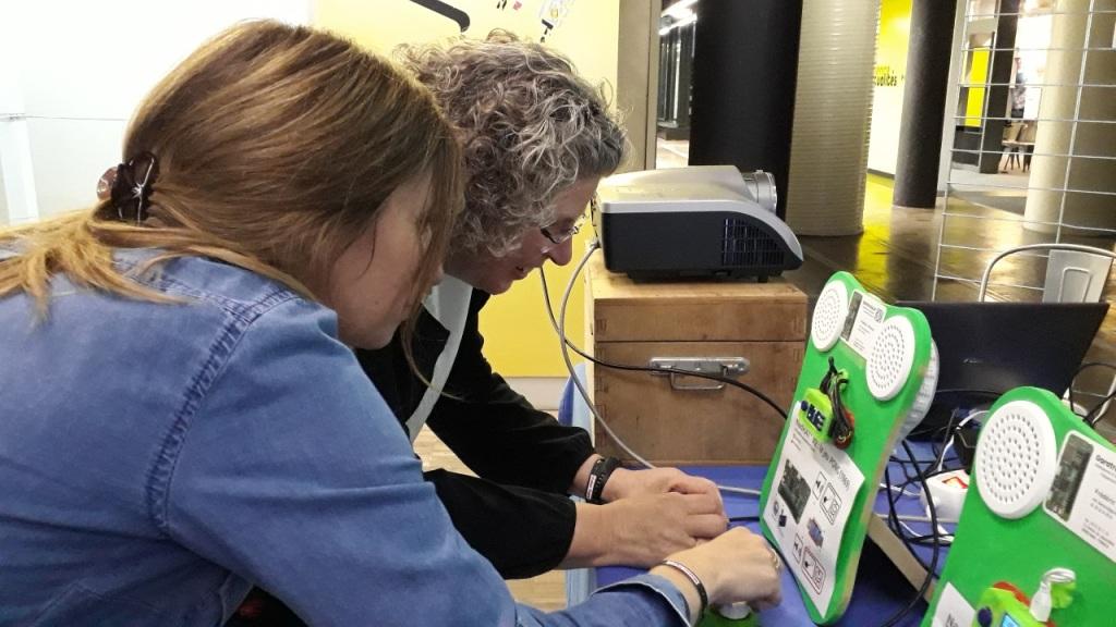 Sarah LACAZE et Martine MOCQ jouent au jeu PONG