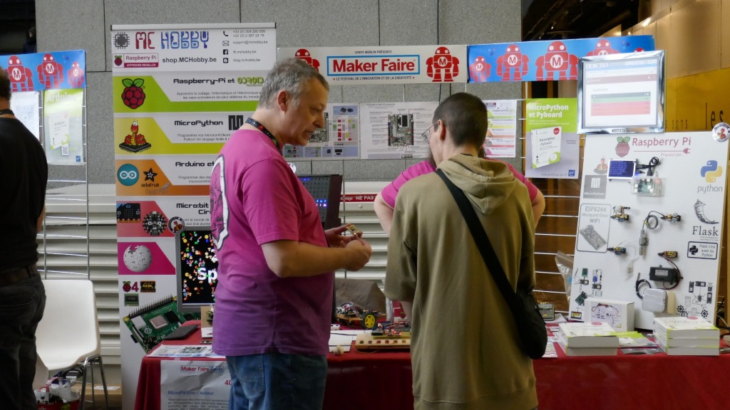 Dominique Meurisse sur le stand MCHobby à la Maker Faire de Paris 2019