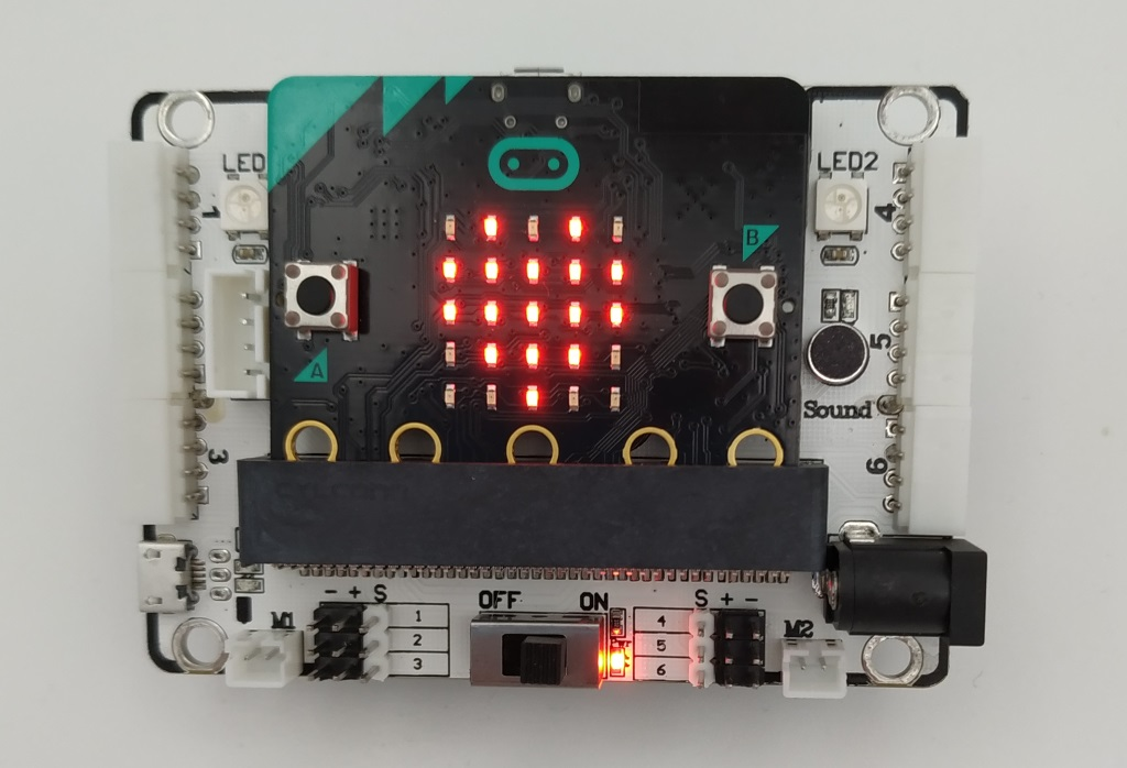 La carte shield du kit DaDa:bit avec le micro:bit