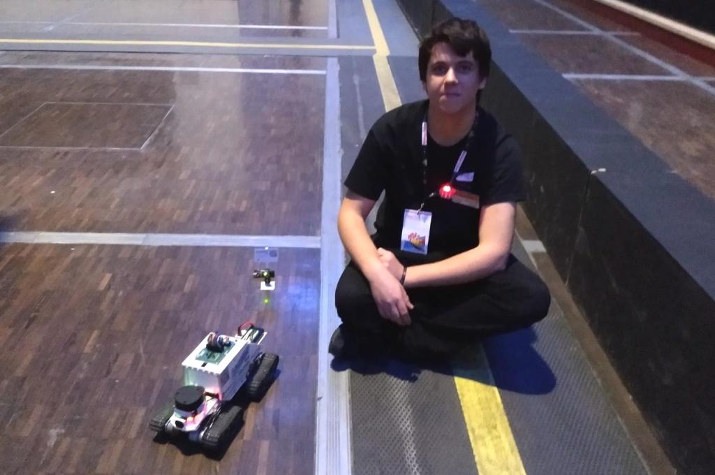 Victor SUEUR de Vstudio LAB avec son robot Racoon à la Maker Faire de Paris 2019